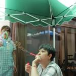 写真:ミカさんがシャボン玉をいっぱい吹いてます。村中さんの顔が、シャボン玉の泡に隠れてます。